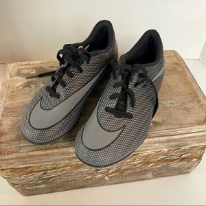 Nike soccer shoes for youth kids size 1Y